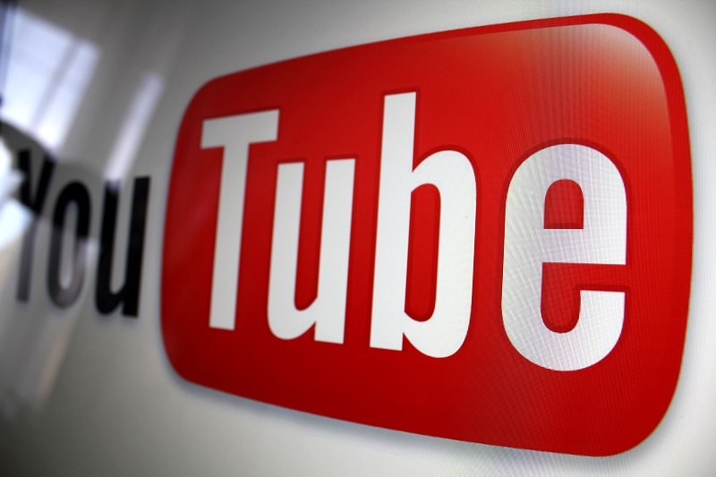 YoutTube - The Supreme Court of Pakistan on Wednesday took notice of the objectionable and derogatory content on YouTube and hinted a stern action against it, triggering an influx of comments with the hashtag #YouTubeban which eventually went to become the top trend on Twitter. The issue surfaced in the Apex Court when a three-member bench consisting of Justice Mushir Alam, Justice Qazi Muhammad Amin Ahmed and Justice Aminud Din Khan was hearing a petition filed by a person seeking bail in a case pertaining to a sectarian offense. During the course of hearing, Justice Mushir Alam remarked that the people had the right of freedom of expression as enshrined the Constitution of Pakistan; however, they must adhere to social values and avoid vilifying state-institutions. Justice Mushir Alam said that even families of judges are not spared on social media, adding that the people are incited on social media to resort to malign the army, judiciary and the government. The judge also questioned the incompetence of the Pakistan Telecommunication Authority (PTA) and the Federal Investigation Agency (FIA) in curbing such malpractices. Subsequently, the Court issued notices to the Foreign Office and the Attorney General, and adjourned the hearing. Meanwhile, the PTA in a Public Notice asked the people to avoid uploading/sharing content on social media related to; immoral and indecent, glorification of an offence, sacrilegious, hate speech, fake news/defamation, child pornography, and any other offence under Section 37 of PECA 2016. The PTA also asked the people to report through content-complaint@pta.gov.pk or https://complaint.pta.gov.pk/RegisterComplaint.aspx for blocking and removal of any unlawful content.
