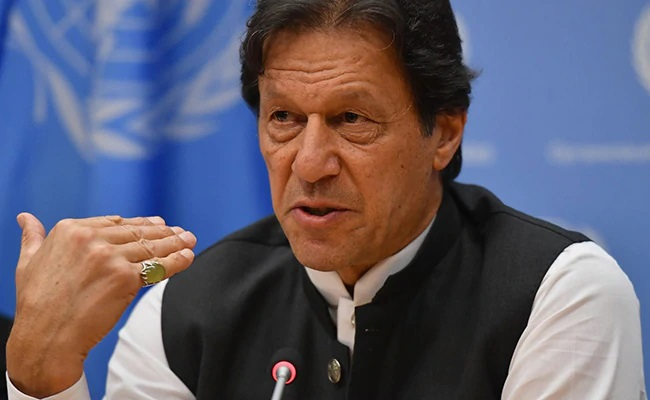 Srebrenica massacre - Prime Minister Imran Khan has expressed fear that a massacre similar to Srebrenica may happen in Indian Occupied Jammu and Kashmir (IOJ&K). In his video message on Saturday on the 25th memorial anniversary of the genocide took place in Srebrenica, the prime minister said that 800,000 Indian troops have besieged eight million people of Kashmir. The prime minister urged the International Community to take notice and never allow such acts to take place again. He said that it is important for us to learn lesson from massacre in Bosnia and the International Community must never allow such things to happen again. Imran Khan paid 'Salam' and best wishes on behalf of the people of Pakistan to the people of Bosnia. Separate in a twitter message, the Foreign Minister Shah Mahmood Qureshi also said that the World has a responsibility to ensure that history of killings of Muslims in Bosnia is not repeated in IOJ&K and Palestine. The foreign minister said that July 2020 marks 25 years since the Srebrenica massacre, the murder of over 8000 Bosnian Muslims and ethnic cleansing of over 20,000 people. Shah Mahmood Qureshi said that what is happening in Indian Occupied Kashmir and Palestine is chillingly similar with the Srebrenica massacre.