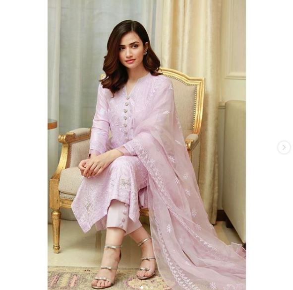 Sana Javed is such a beautiful and elegant actress from Pakistan Showbiz Industry who has never disappointed her fans following her exceptional acting skills. She has a huge fan following on social media. Sana has recently played amazing role in Ruswai and in blockbuster serial Khaani. She also made her film debut with the comedy film Mehrunisa V Lub U alongside Danish Taimoor in 2017. Sana Javed' Latest Photo Shoot Sana Javed is one of those actresses from the industry who has an amazing sense of dressing up. She carries herself in all attires so gracefully that leaves one spellbound. Her latest photo shoot has mesmerized the fans with her beauty and they can't resist admiring her. Have a look on this amazing collection of pictures from her gallery. Sana is looking so gorgeous in copper and magenta colored traditional wear! This cotton candy pink is making Sana Javed look heavenly beautiful. Her short hair and makeover has the best suitability with this fine traditional dress. Recently, Sana Javed dressed up as bride in the most beautiful attire exhibited by Asim Jofa. Have a look! And this picture works as cherry on top! About Sana Javed Sana Javed was born on 25 March, 1993 in Jeddah, Saudi Arabia and she is 27 years old. She got her schooling done from Karachi Grammer School whereas completed her Graduation from University of Karachi. She can speak three languages i.e. Urdu, English and Punjabi. Her start is Aries whereas her hobbies include listening to music & acting. Her height is 5 feet 4 inches. Her net worth is 10 million and she is taking Rs. 1 Lac per episode of drama. Sana Javed's Career Sana Javed started her career with modeling and by making appearance in various TV commercials including Coca Cola, Mobilink, Warid Glow, Lipton and many others. Her first drama serial was 'Mera Pehla Pyar', which made her get a boost in her popularity within no time. Apart from lead roles, her appearance as a supporting actress has been appreciated as well like in Sheh