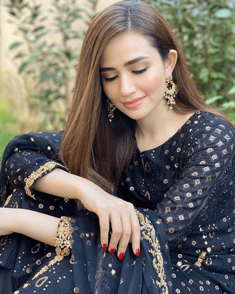 Sana Javed is such a gorgeous yet elegant actress of Pakistan Drama Industry. Her exceptional acting skills make her stand out from the rest and she has never disappointed her fans at any point. The way she dresses up and carries herself in fashion; it makes her perfect. Sana Javed is looking amazing in her recent clicks posted on her Instagram profile. Check out this collection! Sana Javed Looks Gorgeous in these Recent Clicks The most beautiful Sana Javed is looking so gorgeous in all of these clicks from some recent photo shoots and fans are in love. Have a look! Sana Javed in Black & Gold Traditional Wear The divine black when merges with the fine aesthetic touch of gold, it makes an attire gain a luxurious look. Sana Javed has carried this traditional wear at the best as if it was made for her. A three piece finely designed dress with a comeback of Shalwar in trend, makes it so beautiful to wear thing. Check out these clicks! Sana Javed in White & Gold Traditional Wear Another photo shoot from Sana Javed's Instagram presents you the classy and pure combination of white with gold. Here Sana is dolled up more into a traditionally rich style while adding up to the grace of this well-designed attire. Have a look! About Sana Javed Sana Javed was born on 25 March, 1993 in Jeddah, Saudi Arabia and she is 27 years old. She got her schooling done from Karachi Grammer School whereas completed her Graduation from University of Karachi. She can speak three languages i.e. Urdu, English and Punjabi. Her start is Aries whereas her hobbies include listening to music & acting. Her height is 5 feet 4 inches. Her net worth is 10 million and she is taking Rs. 1 Lac per episode of drama. Sana Javed's Career Sana Javed started her career with modeling and by making appearance in various TV commercials including Coca Cola, Mobilink, Warid Glow, Lipton and many others. Her first drama serial was 'Mera Pehla Pyar', which made her get a boost in her popularity within no time. Apart from
