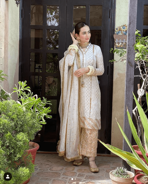 Sana Javed is such a gorgeous yet elegant actress of Pakistan Drama Industry. Her exceptional acting skills make her stand out from the rest and she has never disappointed her fans at any point. The way she dresses up and carries herself in fashion; it makes her perfect. Sana Javed is looking amazing in her recent clicks posted on her Instagram profile. Check out this collection! Sana Javed Looks Gorgeous in these Recent Clicks The most beautiful Sana Javed is looking so gorgeous in all of these clicks from some recent photo shoots and fans are in love. Have a look! Sana in Black & Gold Traditional Wear The divine black when merges with the fine aesthetic touch of gold, it makes an attire gain a luxurious look. Sana Javed has carried this traditional wear at the best as if it was made for her. A three piece finely designed dress with a comeback of Shalwar in trend, makes it so beautiful to wear thing. Check out these clicks! Sana in White & Gold Traditional Wear Another photo shoot from Sana Javed's Instagram presents you the classy and pure combination of white with gold. Here Sana is dolled up more into a traditionally rich style while adding up to the grace of this well-designed attire. Have a look! About Sana Javed Sana Javed was born on 25 March, 1993 in Jeddah, Saudi Arabia and she is 27 years old. She got her schooling done from Karachi Grammer School whereas completed her Graduation from University of Karachi. She can speak three languages i.e. Urdu, English and Punjabi. Her start is Aries whereas her hobbies include listening to music & acting. Her height is 5 feet 4 inches. Her net worth is 10 million and she is taking Rs. 1 Lac per episode of drama. Sana Javed's Career Sana Javed started her career with modeling and by making appearance in various TV commercials including Coca Cola, Mobilink, Warid Glow, Lipton and many others. Her first drama serial was 'Mera Pehla Pyar', which made her get a boost in her popularity within no time. Apart from lead roles,