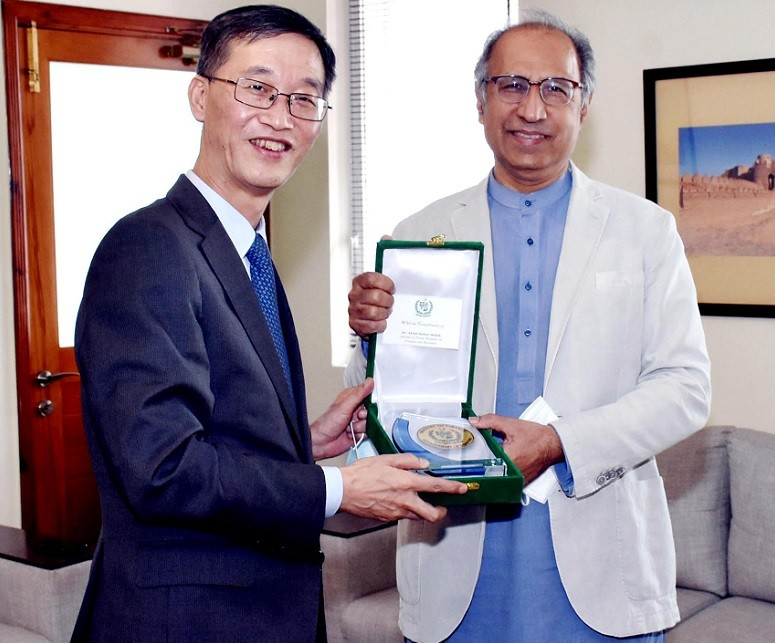 CPEC - The Chinese Ambassador to Pakistan Yao Jing has said that China Pakistan Economic Corridor (CPEC) is a project that is an inspiration for the rest of the world. While making a farewell call on the Prime Minister's Adviser on Finance and Revenue Dr. Abdul Hafeez Shaikh at the Finance Division in Islamabad on Thursday, the Chinese envoy thanked him for his support and expressed desire to further strengthen the two Country's relationship. The ambassador also appreciated the strategy adopted by the government of Pakistan during the COVID-19 crisis and said that the rest of the world could follow and learn from Pakistan's experience. Yao Jing expressed his confidence that FATF's October review will go well for Pakistan. Dr. Abdul Hafeez Shaikh appreciated the commitment with which the Chinese Ambassador Yao Jing worked for the progress of the Pak-China relationship. The adviser acknowledged the contributions of Ambassador Jing and China's leadership for Pakistan and expressed hope that his predecessor will work on the same lines. In the end, the adviser presented a shield to the outgoing ambassador as a token of the finance division's acknowledgement for his valuable services and said that his successor will be welcomed with the same spirit.