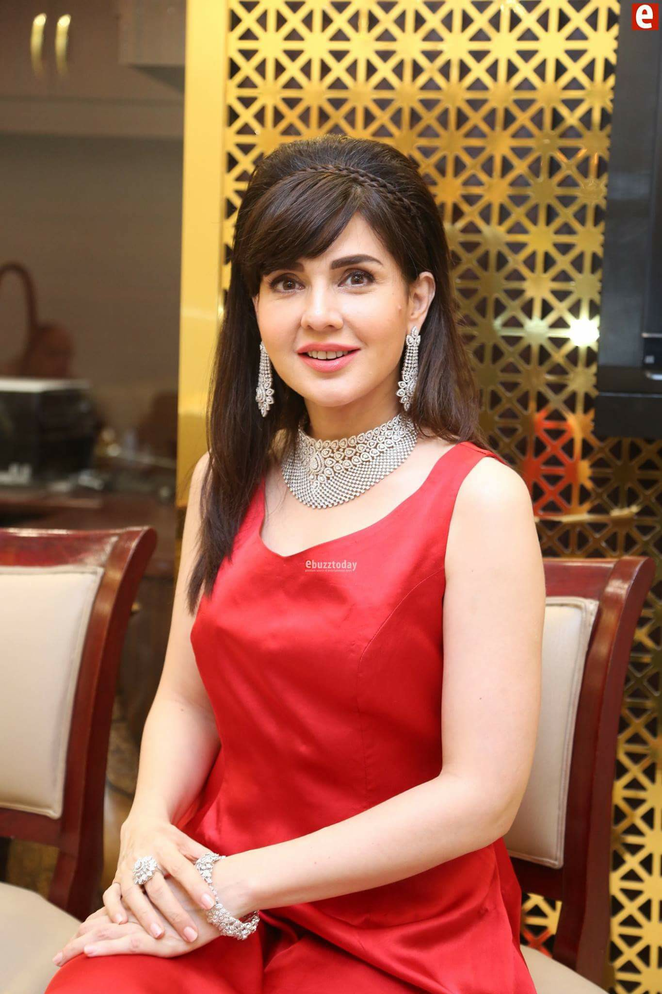 Mahnoor Baloch has always been in the limelight for being evergorgeous. She is the perfect example of maintaining herself at the best even at the age of 50. Take a look at these clicks that will leave you bedazzled!