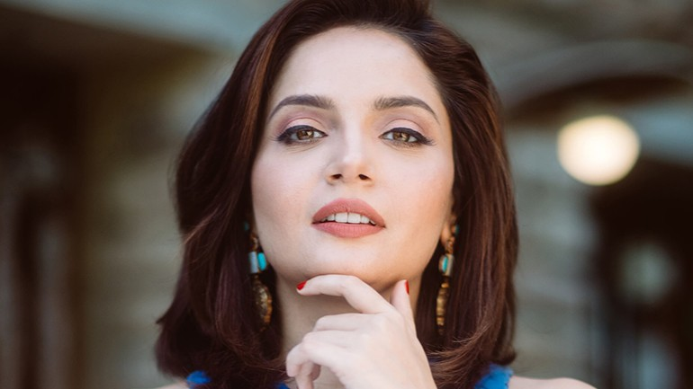 Armeena Rana Khan touched the peak of fame in Pakistan when she stepped in to the world of drama industry. As soon as she appeared on the screen, she became the center of attention. Armeena appeared in Happily Married in 2013 with Azfar Hussain, and then in Shab e Arzu Ka Alam with Mohib Mirza. Her most commended role was as lively Fiza in Mohabbat Ab Nahi Ho Gi. For this drama, she also got nominated for Hum Awards in 2015. Moreover, she also made her appearance in Ishq Parasat and in Karb in which she played in the lead role with Adnan Siddiqui.