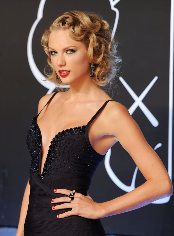 """Taylor Swift is one of the richest musicians in the world with a net worth of $400 million. She has been increasingly earning with her marvelous success throughout the music career. Her narrative songwriting, which often centers around her personal life, has received widespread critical acclaim and media coverage. As far as her style statement is concerned, she always carries herself perfectly in whatever she selects to wear. Taylor's beautiful green eyes and smart physique makes her look magnificent. Here we have got a collection of her bold clicks that will leave you stunned! Taylor Swift Looks Bold & Stunning in This Clicks! Taylor Swift is an American singer and songwriter who is specifically famous for her country music. She has earned a huge fortune from her successful career and that's the reason her net worth is increasing every year. She has also acted in different films and endorsed high-profile brands. Furthermore, her tours have made her earn massively and she is continuously gaining fame. Check out some of the hottest clicks of Taylor Swift that will leave you awestruck! Singer/songwriter Taylor Swift was renowned as a country music singer by the age of 16. Early hits like """"Love Story"""" and """"You Belong With Me"""" appealed to country and pop fans alike and helped fuel the multi-platinum success of her albums including the Grammy-winning Fearless(2008). Taylor continued to top the charts with her 2014 studio effort 1989, which featured the No. 1 singles """"Shake it Off"""" and """"Blank Space"""". She won Grammys for Album of the Year and Best Pop Vocal Album. Her follow-up albums reputation(2018) andLover(2019) also achieved immense commercial success. Taylor's Live Performance Check out this video of a live performance of Taylor Swift that will enchant you with her soulful voice. She is looking absolutely gorgeous in this video while spellbinding her fans with the song Betty. Watch this video now!"""