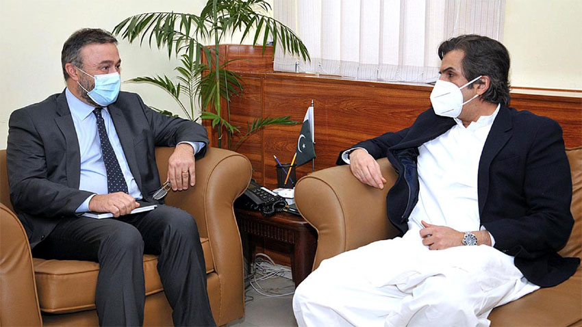 World Bank County Director - The World Bank County Director for Pakistan Najy Benhassine has appreciated the government's resolve to expedite the implementation of projects funded by the global financial institution. The appreciation was echoed when Najy Benhassine met the Federal Minister for Economic Affairs Division Khusro Bakhtiar in Islamabad on Saturday. In the meeting, Khusro Bakhtiar thanked and appreciated the World Bank for extending a US$ 200 million package to help Pakistan take effective and timely action to respond to the Coronavirus (COVID-19) pandemic. The minister also appreciated the support of the World Bank for a locust emergency control project worth of US$ 200 million to mitigate the adverse impact of parasite attack on the food basket of the Country. Khusro Bakhtiar apprised the visiting dignitary of approval of economic reforms proposed by the World Bank and Asian Development Bank (ADB) to simplify the execution of development projects. The federal minister also shared Prime Minister Imran Khan's direction to expedite the economic reforms in coordination with global donors. Khusro Bakhtiar urged the World Bank Country Director to expand the priority areas of cooperation with Pakistan in the field of energy, tourism, low-cost housing scheme, and availability of COVID Vaccine. The World Bank Country Director thanked the minister for the WB portfolio review exercise. Najy Benhassine assured that World Bank would consider the recommendations of the minister to strengthen the WB's portfolio in Pakistan.