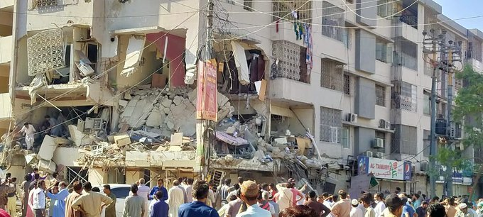 """Karachi blast - The Sindh Chief Minister Syed Murad Ali Shah has taken notice of the blast which occurred in Karachi's Gulshan-e-Iqbal area on Wednesday morning, and sought a detailed report from the Commissioner Karachi. In the morning, three people lost their lives and 15 further suffered injuries when a blast went off in a four-storey building near Maskan Chowrangi in Gulshan-e-Iqbal area. The rescue operation was underway to search the people stranded under debris. The nature of the blast hasn't yet been ascertained. However, according to the SHO of Mobina Town Police Station, it seems to be a cylinder blast. Meanwhile, the bomb disposal squad had arrived at the scene to ascertain the nature of the explosion. Expressing grief over casualties and taking notice of the blast, Murad Ali Shah directed the Karachi Commissioner to submit a detailed report in this regard. The Sindh Chief Minister also directed the Provincial Minister Saeed Ghani to reach the blast site. The Chief Minister also directed to the Karachi administrator to expedite the relief work. Issuing directives to evacuate the people stranded in the collapsed building, Murad Ali Shah also directed authorities to ensure medical treatment for those injured in the incident. Meanwhile, the Federal Minister for Maritime Affairs Ali Haider Zaidi in a Tweet wrote """"Prayers & sympathies go out to the victims of the blast near Maskan Chowrangi. Urge the relevant authorities to conduct a thorough investigation of this tragedy."""""""