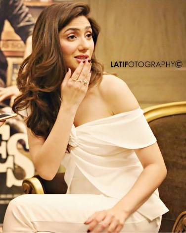 Have you ever imagined how it would be like when you see Mahira Khan fixing the set at her own while hammering nails all around? Interesting right? Well... it is not merely up to imagination but the truth. We came across a video and found these details entertaining enough to share with the fans. Mahira Khan is one of the most talented and gorgeous actresses in the industry. She loves her work and invests her energy at the best to bring out the most amazing version of an actor inside out. We have seen her in different blockbuster dramas, photoshoots, and even along with Shahrukh Khan in Bollywood film. She is absolutely stunning yet exceptional at acting skills. Now, let's find out how she fixed the set! Mahira Khan Reveals to Hammer the Nails All Around The Set! Well... this video we are going to share here says it all about what actually happened. Here we have got the video of Mahira Khan explaining her extra effort on the set! Mahira revealed in the video that they were practicing on Noori song when a girl dancer came up and told her that the whole stage is stuffed with nails. She warned Mahira that we might get hurt while dancing so it must be fixed. At first, Mahira looked around for someone to fix those nails. However, when she couldn't find anyone, she held the hammer and spifflicated all the nails on the set. Some of Mahira Khan's Most Gorgeous Clicks! Here we have got some of the most stunning clicks of Mahira that will leave you flabbergasted. Take a look at these pictures! Whatever Mahira chooses to wear, she looks heavenly gorgeous as it seems that dress is made for her. When she wears Saree, it's like spreading around enchanting colours. Furthermore, her western wear collection is also spell-binding stunning. So, what do you think about this new video of Mahira Khan and her unconditional efforts on the set? Share your views with us!