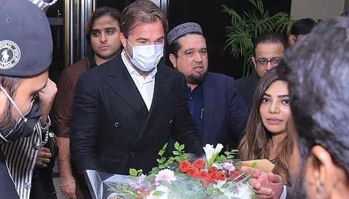 """The most famous star from the historical Turkish series Dirilis: Ertugrul, Engin Altan Duzyatan landed to Lahore, Pakistan yesterday. He was warmly welcomed at the airport and spent a good time in Lahore while exploring some spots in the city. Here we have got everything you should know and pictures of Engin Altan's visit. Ertugrul Star Engin Altan Visits Lahore! Engin Altan Duzyatan, aka Ertugrul from the famous Turkish series based on Islamic history, has paid a visit to Lahore. The fans were anxiously waiting for him to come to Pakistan and now he has surprised them with a sudden short trip. As per the details, Engin Altan landed in Pakistan on Thursday who received love and warm welcome in the country on his first visit. Engin arrived in Pakistan upon invitation of a private business company. The photos, as well as videos of the Ertugrul actor, have taken social media by storm. Engin got much love from the officials and fans in Pakistan that is truly something to be memorable. Moreover, he also received a sword on his first day of arrival in Pakistan. Furthermore, Engin Altan visited Badshahi Mosque as well and here we have got the click and video! Engin Altan's Press Conference In a press conference held earlier on Friday, Altan addressed the audience that showered him with adoration. The people of Pakistan love the Turkish actor with the courtesy of his popularity playing the lead in Diliris: Ertugrul. During his address, he expressed pleasure for the love towards the series as: """"PAKISTAN'S PRIME MINISTER LOVES THE TV SERIES AND LOVES ME"""", He thanked Imran Khan for his role in suggesting the show to Pakistanis and encouraging them to watch it. He further added: """"IT'S A HUGE TELEVISION SERIES AND IT'S AN HONOUR FOR US THAT PAKISTANIS LOVE IT. MY PEERS WORKED VERY HARD AND WE CAN SEE THE FRUIT OF IT IN ALL YOUR LOVE."""" Engin Altan further said that this was his first visit and he couldn't get an opportunity to explore the rest of the country. """"BUT I'M AWARE HOW B"""