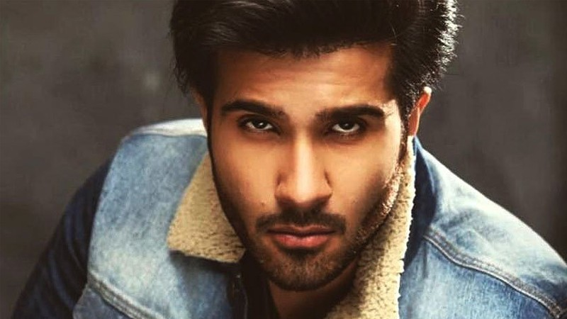 Feroze Khan is an amazing actor who is rather seen lesser on the screen but whenever he appears, he turns on the show. Fans love him the most in the negative roles as his expressions are so strong and he plays so well that makes one stick to the drama till the last episode. Feroze's famous drama serials include Gul-e-Rana, Ishqiya, Woh Aik Pal and many others. Apart from acting skills, people love Feroze for her well-formed body as he is a fitness freak. Well... it is all in brief; here we have got everything you want to know about Feroze Khan! Feroze Khan - Here is Everything You Want To Know! Check out these interesting details about the brilliant actor of all-time Feroze Khan! Who is Feroze Khan? Feroze Khanis a handsome hunk of Pakistan drama industry. He started his journey in showbiz as a Video Jockey and emerged as a decent and well-known actor. Feroze was born on 11 June 1990 in Quetta, Pakistan. He settled in Karachi to pursue his career in showbiz. He is the younger brother of the most famous actress Humaima Malik who also got a chance to work in Bollywood. The 'Ishqiya' actor gained fame with her outstanding acting talent in a limited time period. He took the opportunity to polish his skills using different platforms and that's the reason he is now one of the favourites for the fans. Feroze's Age Feroze was born on 11 June 1990 in Quetta, Pakistan. He is 30 years old. Feroze's Career Feroze Khan started his career in the showbiz industry as a VJ on ARY Musik. After this musical venture, he just stepped in the acting career to prove himself a competent actor. He started his career in acting with drama serial 'Chup Raho' with Sajal Aly on ARY Digital. At the same time, Feroze Khan performed in the drama serial 'Bikhra Mera Naseeb' with the famous actress Ayeza Khan. Furthermore, this talented actor gained much fame along with Sajal Aly in the drama serial 'Gul-e-Rana'. In the year 2016, Feroze Khan signed his first movie 'Zindagi Kitni Haseen Hay' with the 