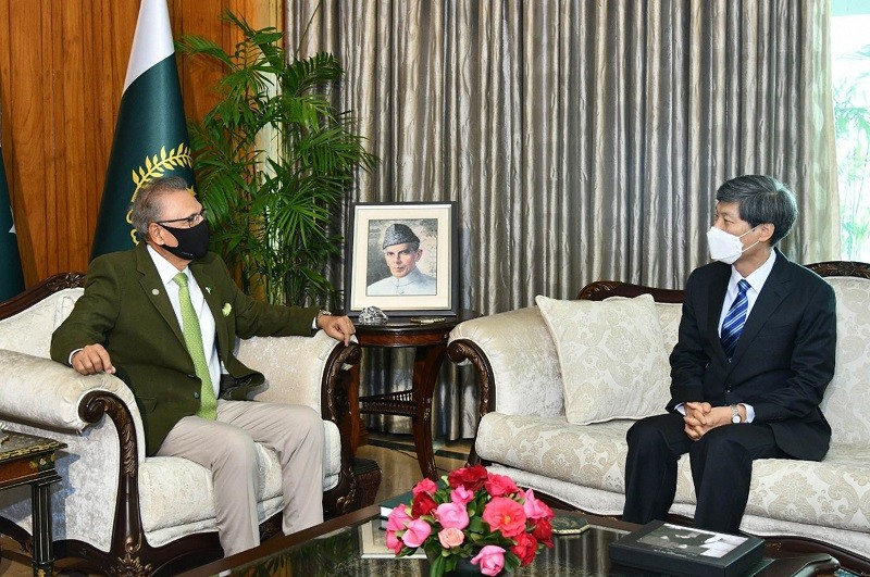 Arif Alvi - President Dr. Arif Alvi has said that Pakistan highly values its ties with the Republic of Korea and wants to further take the relations to a higher trajectory in all areas of mutual interest. In a meeting with the outgoing Ambassador of the Republic of Korea Kwak Sung-kyu who met him at Aiwan-e-Sadr in Islamabad on Thursday, the president emphasized the need to encourage cultural and political exchanges which can bring Pakistan and the Republic of Korea further closer. The president said that both the Countries have enormous potential in the area of trade and measures are needed to increase the existing volume of trade. Dr. Arif Alvi further said that Pakistan is an important destination for religious tourism as it has a large number of Buddhist artifacts and the people from Korea can visit these sites. President Arif Alvi also appreciated the increase in the Economic Cooperation Development Fund by the Republic of Korea for energy and infrastructure projects. The president congratulated the outgoing ambassador on the successful completion of his tenure in Pakistan and lauded his efforts in expanding bilateral relations.