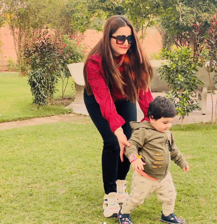 Aiman Khan with daughter Amal Muneeb