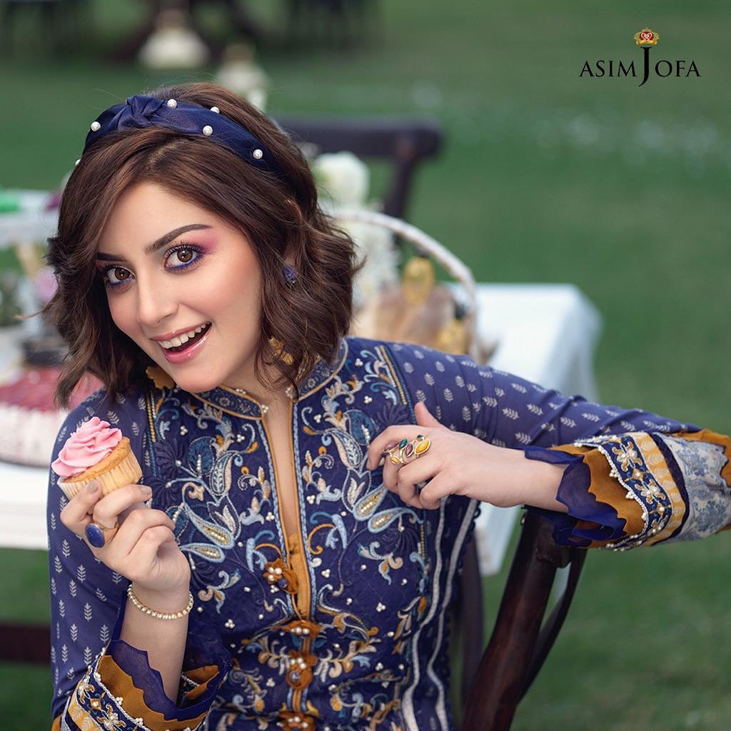 Alizeh Shah is Chilling at the Fullest During Her Makeup Session - Video!